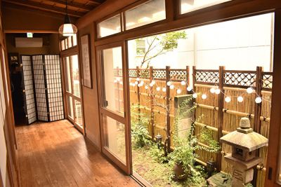 外の竹垣、この時期は虫も出ません!換気のための環境も万全です。 - 神楽坂レンタルスペース香音里 和洋の多目的スペース(1階)の室内の写真