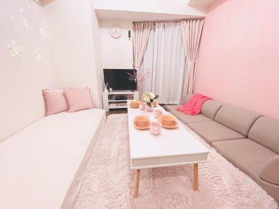 2〜4名様のご利用に最適なコンパクトなお部屋です。(最大6名様まで)  ※寝具類のご用意はございません。 - SMILE+フェリス梅田 パーティルーム、レンタルスペースの室内の写真