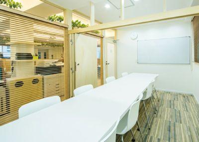 Maffice北参道 貸し会議室➀:窓無し4名仕様の室内の写真