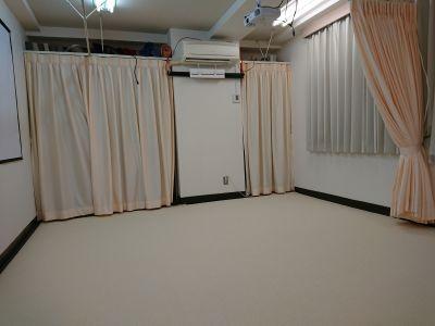 入室時の初期状態です。 アイボリーの1枚カーペットに張り替えました。 - 健康ひろば-ここから相談.Com レンタルサロン・貸会議・セミナーの室内の写真