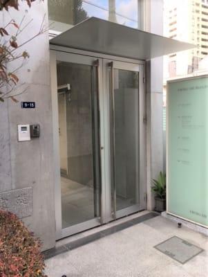 ビルの入口です。 - H&Tスタジオ ダンススタジオの入口の写真