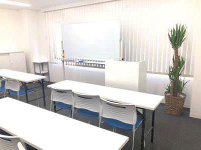 大変明るく広々とした綺麗な室内です♪ - 新宿T-spaceⅡ最大38名 多目的スペースの室内の写真