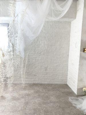 白いレンガの壁の背景があります - 表参道パリのアトリエ風スタジオ 骨董通り沿い白いアトリエの室内の写真
