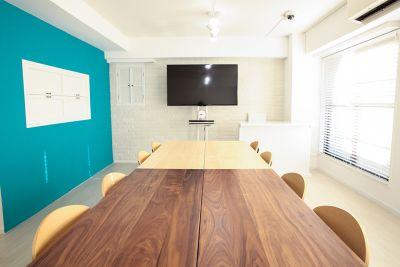 キッチンは開閉式で必要ない場合は壁になります。無垢材の上質なテーブル。  - 表参道キッチンアンドカルチャーの室内の写真