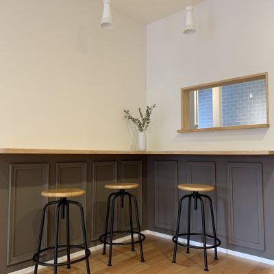 カウンター越しにキッチンの様子がうかがえます。 - つどいのば アコエコト 貸し空間の室内の写真