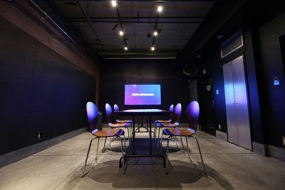 ミーティングテーブル+椅子6脚 大型モニタ・WEBカメラ・卓上スピーカーマイクでリモート会議にも対応しています。 - 渋谷クリエイティブスタジオ STUDIOの室内の写真