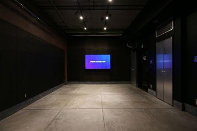 モニタを利用したプレゼンの撮影やライブ配信が可能です。 - 渋谷クリエイティブスタジオ STUDIOの室内の写真