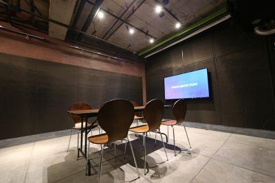 会議用レイアウト例 - 渋谷クリエイティブスタジオ STUDIOの室内の写真
