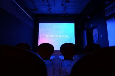 大画面を利用して、プレゼンや観賞会などに。 - 渋谷クリエイティブスタジオ STUDIOの室内の写真