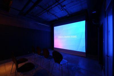 白いスクリーンを利用して130〜150インチ相当の画面に投影することができます。 - 渋谷クリエイティブスタジオ STUDIOの室内の写真