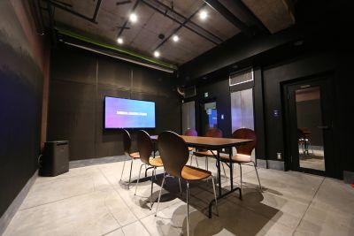 会議用レイアウト - 渋谷クリエイティブスタジオ STUDIOの室内の写真