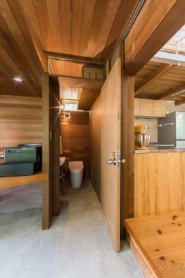 小倉町家 吹抜大空間のキッチン付スペースの室内の写真