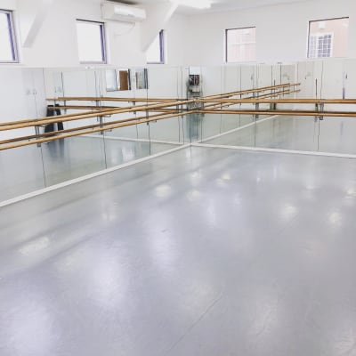 30畳、天井3m、窓も4つでコロナ対策バッチリ! - レンタルスタジオドゥレーヴ レンタルスタジオの室内の写真