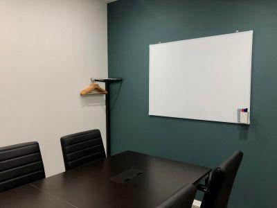 Wi-Fi・ホワイトボードも完備! - BIZcomfort仙台一番町 6名用会議室の室内の写真