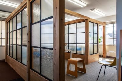 オリジナルの日本硝子の壁が光を通して圧迫感がありません。 - 神楽坂ひとまちっくす コミュニティスペースの室内の写真