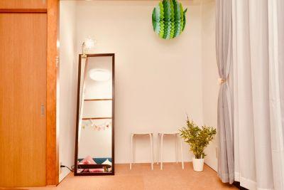 大きな姿見と作業ライトがあります - 八幡山駅【KPstudio】 レンタルスペースの室内の写真