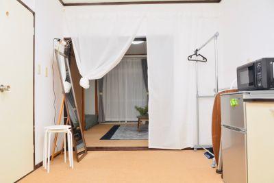 キッチンと居室はカーテンで仕切っています - 八幡山駅【KPstudio】 レンタルスペースの室内の写真