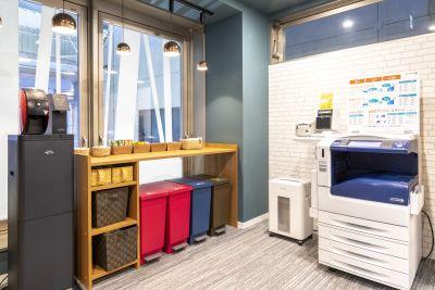 急な印刷にも対応できるよう複合機もございます⭐ - BIZcomfort仙台一番町 6名用会議室の室内の写真