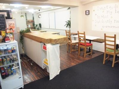 人気のカウンターテーブルでお家カフェやバー気分など、手軽に特別感を演出。 - ROUGHLABO TECH扇町 イベントスペースの室内の写真