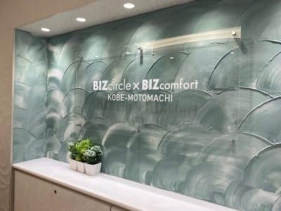 BIZcomfort神戸元町 8名用会議室の入口の写真