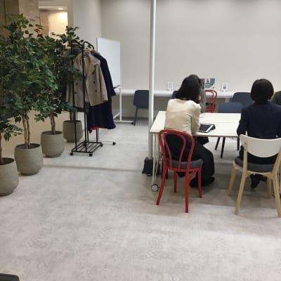 小規模の講習会利用も - いいオフィス神戸byKT-joy 多目的スペース・セミナー会場の室内の写真