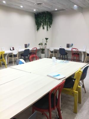 セミナーだけでなく商談利用も - いいオフィス神戸byKT-joy 多目的スペース・セミナー会場の室内の写真