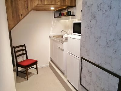 鏡かカーテンで給湯スペースとの間を仕切ることができます。 - G201 駅近の静かで清潔な個室スペースの室内の写真