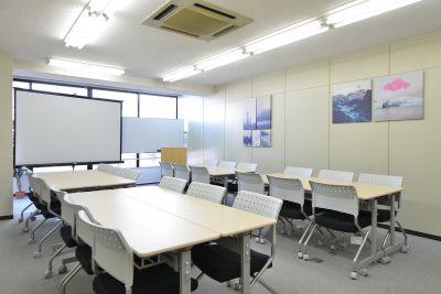 CozySpace今池 30人会議室の室内の写真