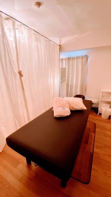 カーテンで仕切れます - レンタルスペースミディ川崎店 レンタルサロン、会議室の室内の写真