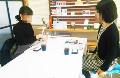 雑誌の取材 - 神楽坂ひとまちっくす コミュニティスペースの室内の写真