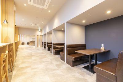 ご利用時間前後はドロップインでのコワーキングスペースご利用も可能。 - BIZcomfort南町田 10名用会議室の室内の写真