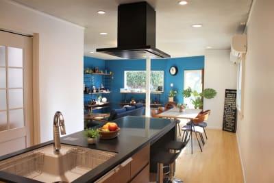 【ノーマル空間】ブルーが鮮やかなリビング&キッチン - 池尻セレクトハウス テレビ・CM・動画配信撮影などの室内の写真