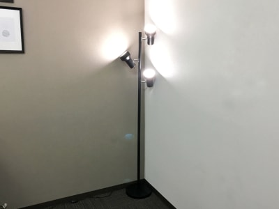 LED照明フロアスタンド(スイッチは、照明個別とスタンド全体があります) - お気軽会議室 リバティ本町 梅田から3駅/HD WEBカメラの設備の写真