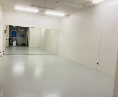 床のシートは、Pリュームという材質などはプロ用のバレエシートと同じものを使用 - Compartimos 2名以上利用プランの室内の写真