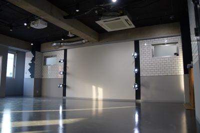 日中は陽の光が十分に入り、気持ちのよい空間です。 - mind-blowing レンタルダンススタジオの室内の写真