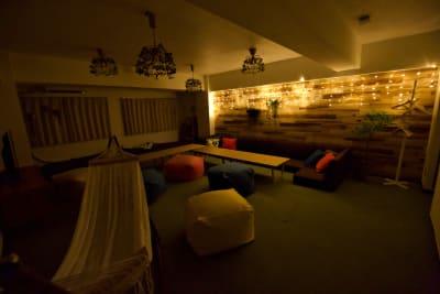 照明を消し、電飾のみにするとグッと雰囲気が高まります - レンタルスペースJunes 広々スペースジュネスの室内の写真