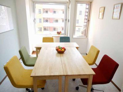<フルーツ会議室 横浜> 多目的スペースの室内の写真