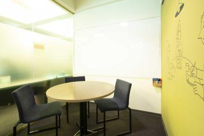 DIGIMA BASE 会議室(最大4人収容)の室内の写真
