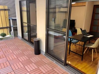 庭から見た室内 - 新宿市谷 癒し処 和風荘「和庭」 特別室半額!イベントスペースの室内の写真
