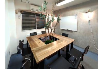 配置:ロの字形 Sabori 西新宿 貸切個室 貸会議室 パーティー 24時間 - Sabori 西新宿 多目的レンタルスペースの室内の写真