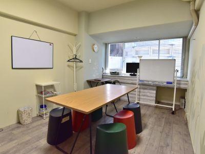 心斎橋レンタルルーム303 6名までのレンタルルームの室内の写真