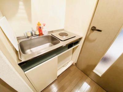 ミニキッチンに冷蔵庫があります。 - SMILE+フェリス梅田 パーティルーム、レンタルスペースの室内の写真