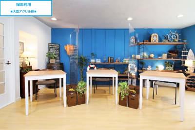 【撮影レイアウト例】アクリル板で仕切り、机と椅子を使用したシーン - 池尻セレクトハウス テレビ・CM・動画配信撮影などの室内の写真