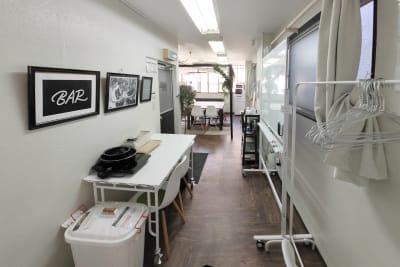 室内写真|Sabori|小川町・淡路町3分・神田駅4分|24h完全貸切個室、少人数格安貸会議室、パーティー、オフィス、撮影、女子会|プロジェクター・ホワイトボード・Wi-Fi - Sabori小川町・淡路町・神田 多目的レンタルスペースの室内の写真