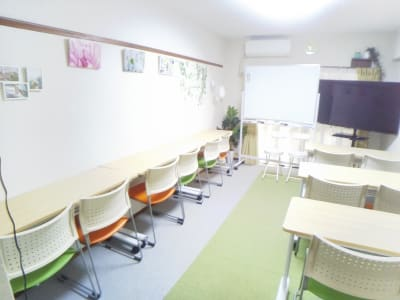 自習やテレワーク - レンタル会議室 としょかんのうら 貸会議室 レンタルスペースの室内の写真