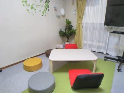 クローゼット内にある家具を利用してのパーティーレイアウト。 - レンタル会議室 としょかんのうら 貸会議室 レンタルスペースの室内の写真