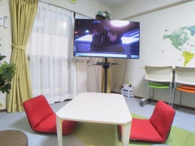 DVDやブルーレイ鑑賞 - レンタル会議室 としょかんのうら 貸会議室 レンタルスペースの室内の写真