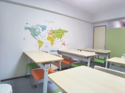 セミナー用レイアウト - レンタル会議室 としょかんのうら 貸会議室 レンタルスペースの室内の写真