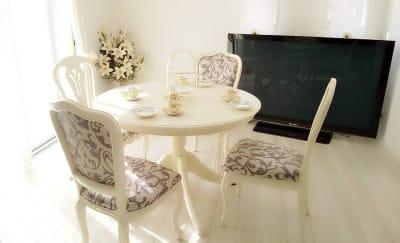 クラシカルな雰囲気でお過ごしいただけます(#^.^#) - レンタルスペース『サン・ユーロ』 会議室・サロン・レンタルピアノの室内の写真