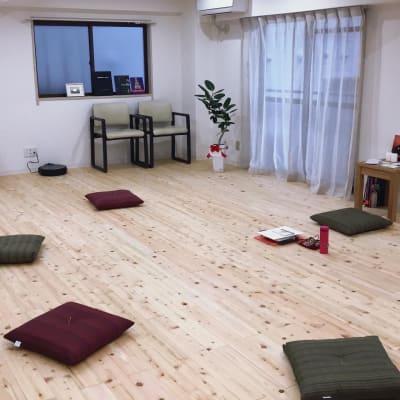 瞑想や呼吸法のクラスも可能です。 - ヨガスタジオスワルーパ都立大学 ヨガスタジオ の室内の写真